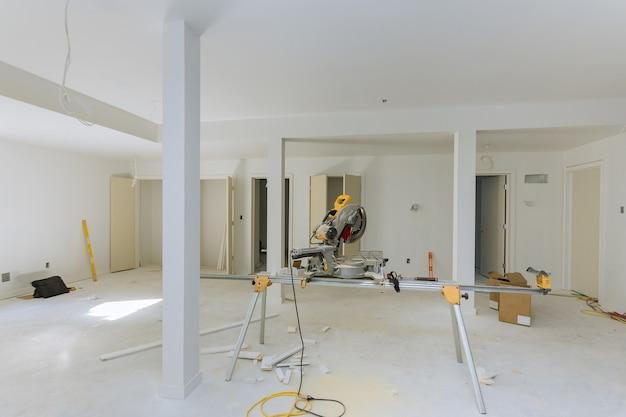 Melhoria da casa em corte de serra circular para novos detalhes de acabamento de interiores de construção