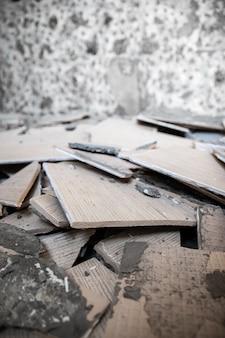 Melhorias e reparos domésticos - remoção de azulejos antigos das paredes, fundo vertical.
