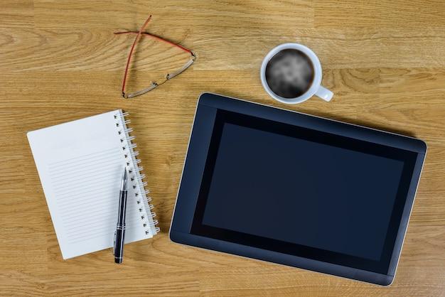 Melicio local de trabalho no desktop de madeira com café