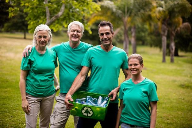 Membros da equipe de reciclagem em pé no parque