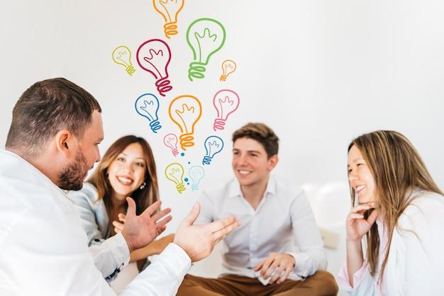 Membros da equipe e plano de fundo com idéias desenhadas a sorrir