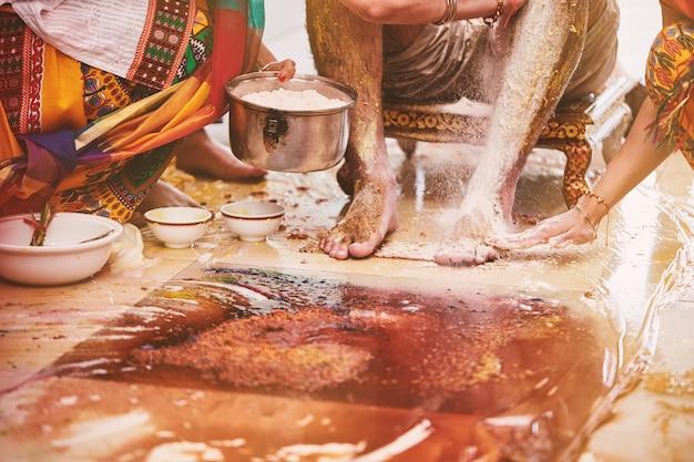 Membros da família colando o pó de açafrão