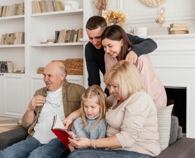 Membros da família de filmagem média lendo