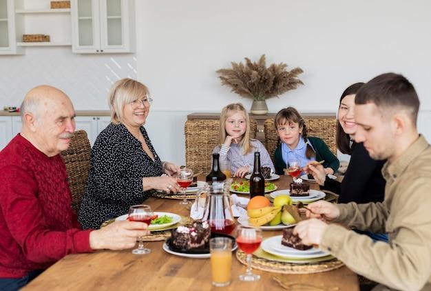 Membros da família em filmagem média comendo