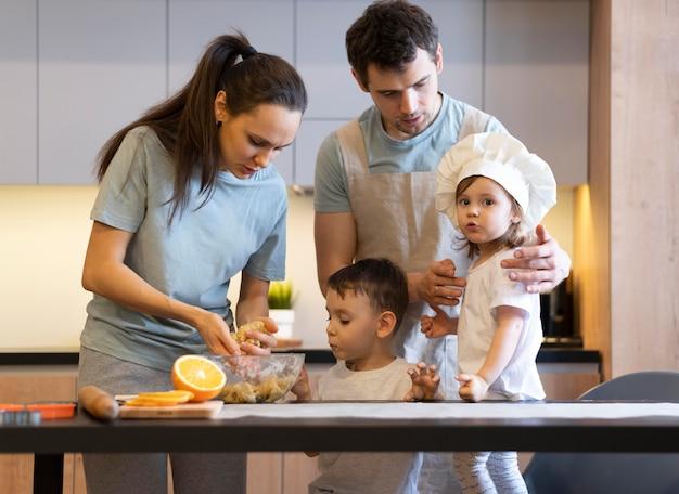 Membros da família em filmagem média na cozinha