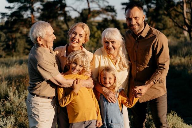 Membros da família em filmagens médias posando juntos