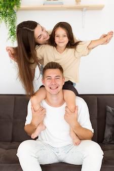 Membros da família relaxando em casa