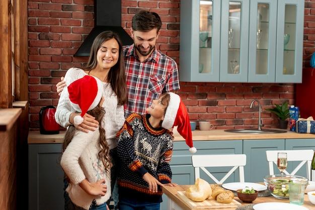 Membros da família tiro médio olhando um ao outro na cozinha