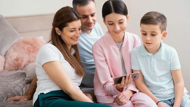 Membros da família usando um telefone celular