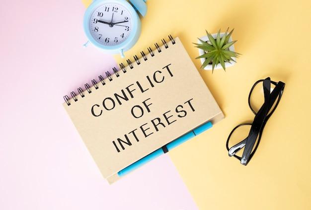 Memorando de conflito de interesses escrito em um caderno