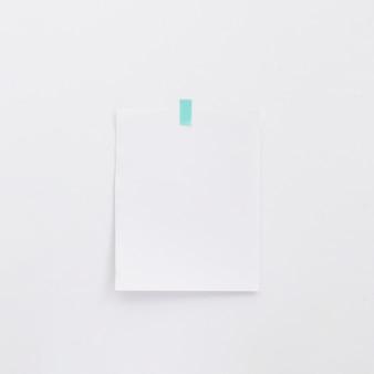 Memorando em branco na parede branca