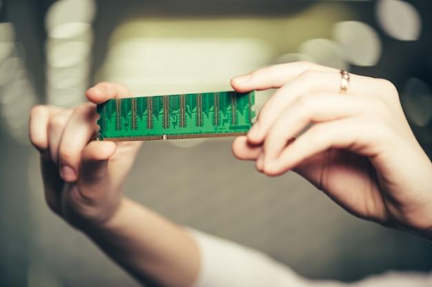 Memória operativa nas mãos femininas