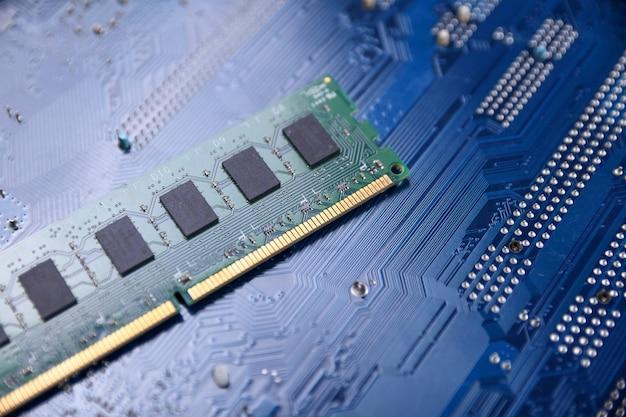 Memória ram do computador na placa-mãe. fechar-se. sistema, memória principal, memória de acesso aleatório, integrado, detalhes do computador. os componentes do computador . ddr3. ddr4. ddr5
