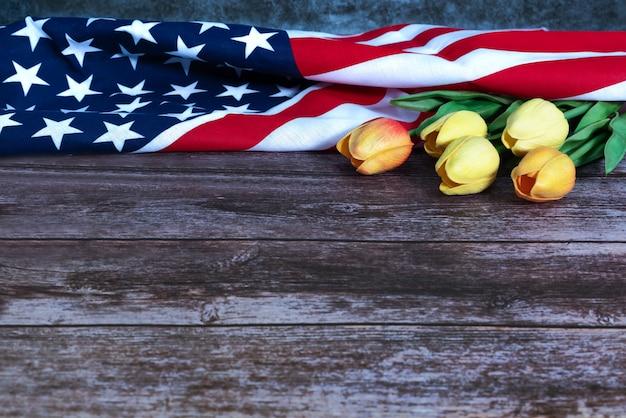 Memorial day com bandeira americana e flor em fundo de madeira