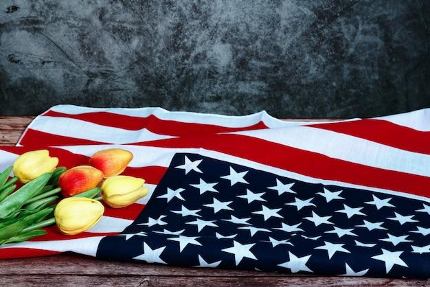 Memorial day com bandeira americana e flor