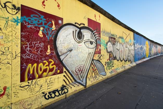 Memorial internacional do muro de berlim da galeria da zona leste à liberdade.