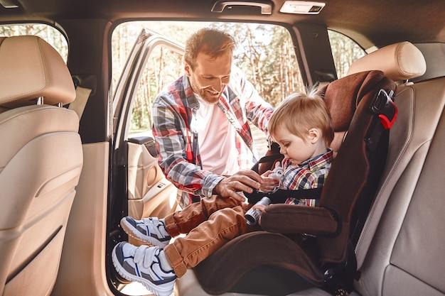 Memórias feitas juntos duram uma vida inteira, o pai prendendo seu filho que estava sentado em um