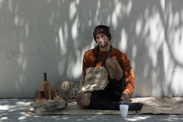 Mendigo com vista frontal de álcool