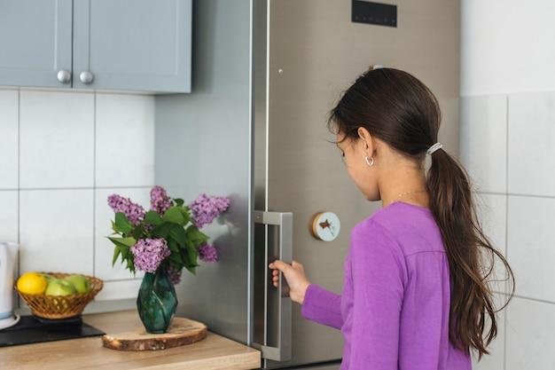 Menina, abertura, refrigerador, em, cozinha