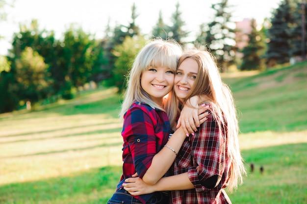 Menina abraçando sua melhor amiga no parque