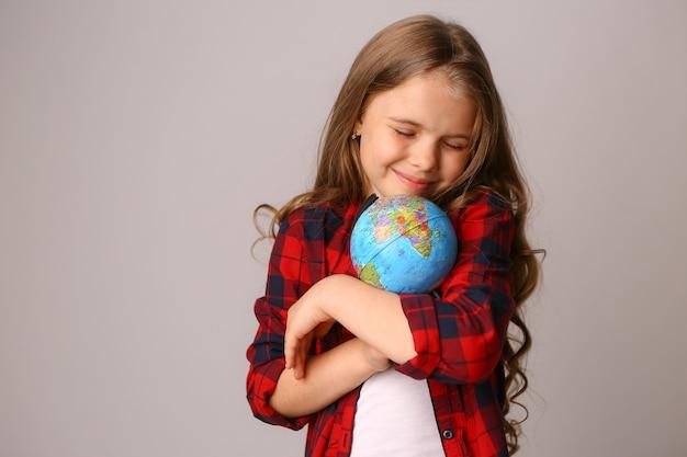 Menina, abraçando, terra, globo