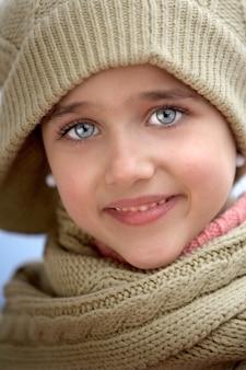 Menina abrigada para o frio sobre um fundo branco