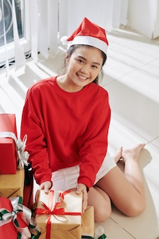 Menina abrindo presentes de natal