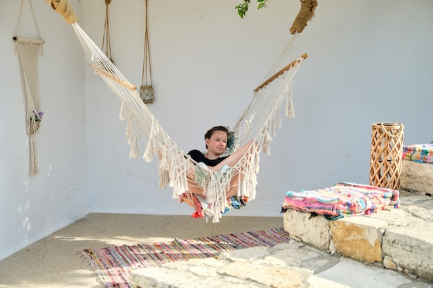 Menina adolescente bonita descansando em uma rede. estilo de vida, lazer, lazer, adolescentes, jovens