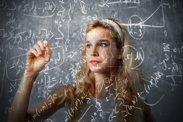 Menina adolescente, calculando
