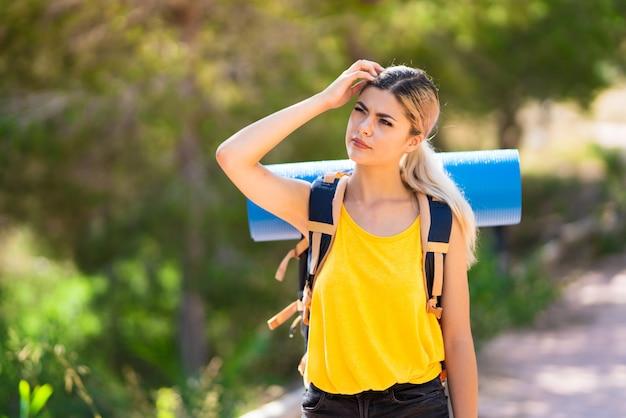 Menina adolescente, caminhadas ao ar livre, tendo dúvidas
