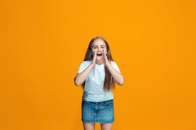 Menina adolescente casual jovem gritando
