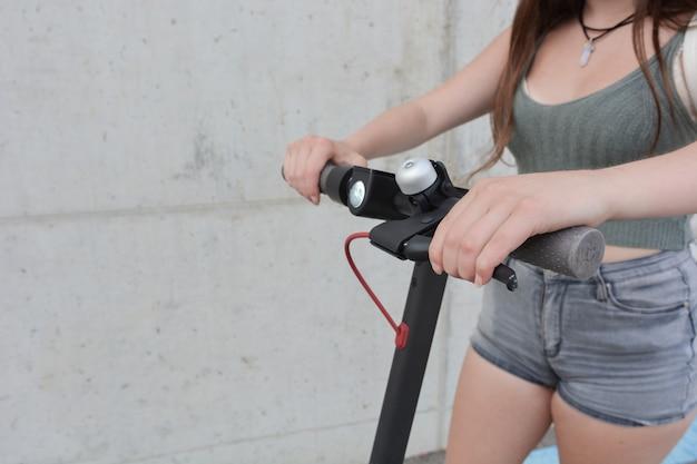 Menina adolescente, circulação, com, um, scooter elétrico
