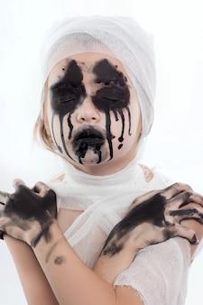 Menina adolescente com ataduras de múmia no halloween em branco isolado