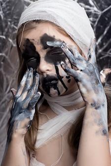 Menina adolescente com bandagens de múmia no halloween