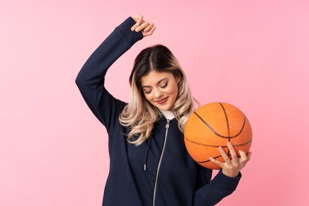 Menina adolescente com bola de basquete