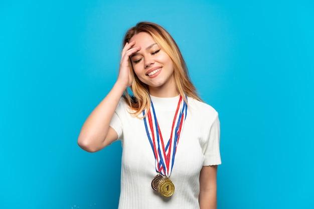 Menina adolescente com fundo isolado medalhas sorrindo muito