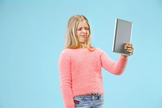 Menina adolescente com laptop. amo o conceito de computador. retrato feminino atraente com metade do corpo