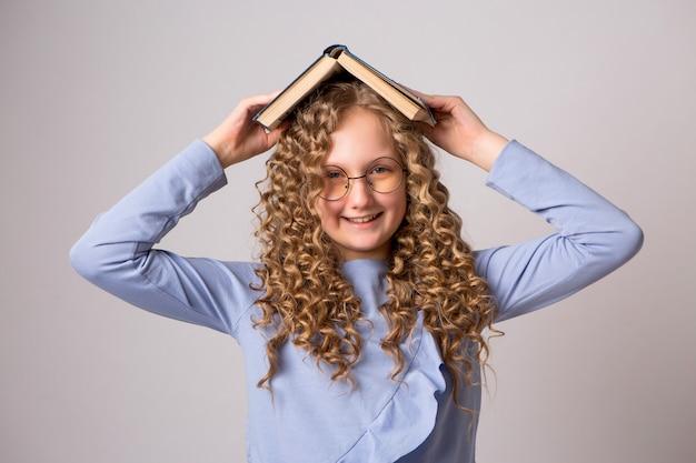 Menina adolescente com livros