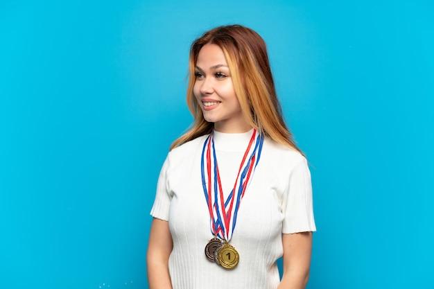 Menina adolescente com medalhas isoladas