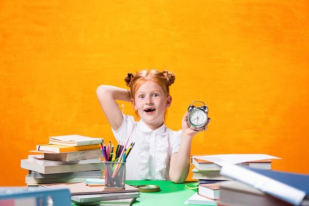 Menina adolescente com muitos livros
