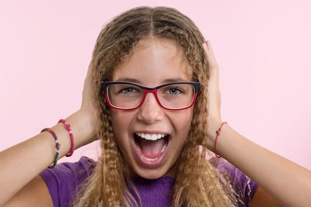 Menina adolescente com óculos, cabelos longos, coça a cabeça