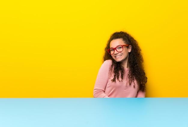 Menina adolescente com óculos e sorrindo
