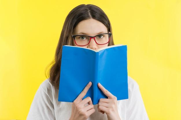 Menina adolescente, com, olho óculos, olhar, um livro