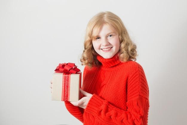 Menina adolescente com presente em caixa branca