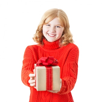 Menina adolescente com presente na caixa isolada no branco