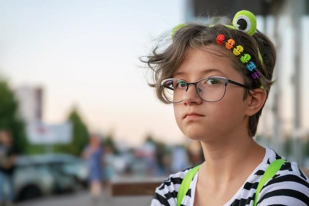 Menina adolescente com presilhas coloridas de arco-íris na rua da cidade, tema lgbt, orgulho