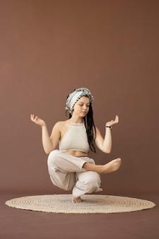 Menina adolescente com roupas hippie e dreadlocks