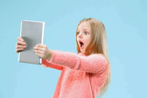 Menina adolescente com tablet
