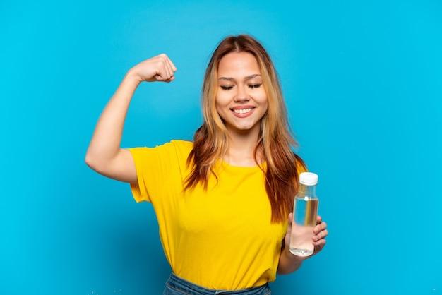 Menina adolescente com uma garrafa de água isolada fazendo um gesto forte