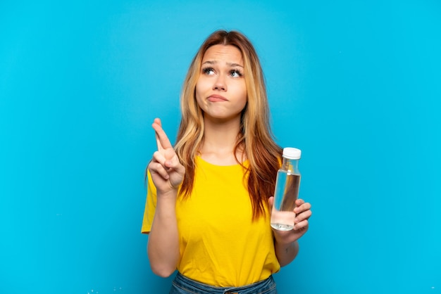 Menina adolescente com uma garrafa de água isolada